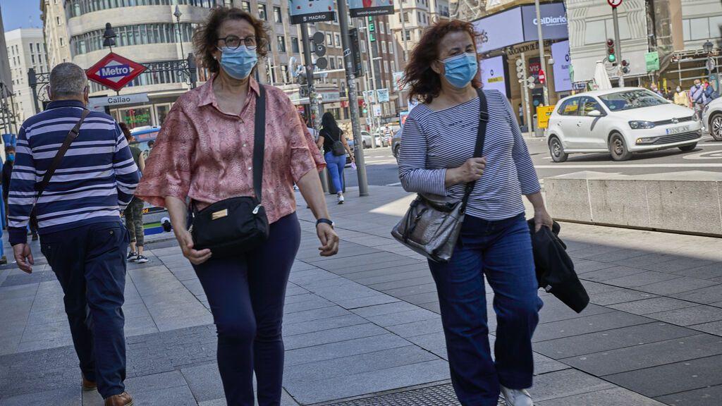 """Sanidad cree que """"pronto"""" se darán las circunstancias para quitarnos la mascarilla en exteriores"""