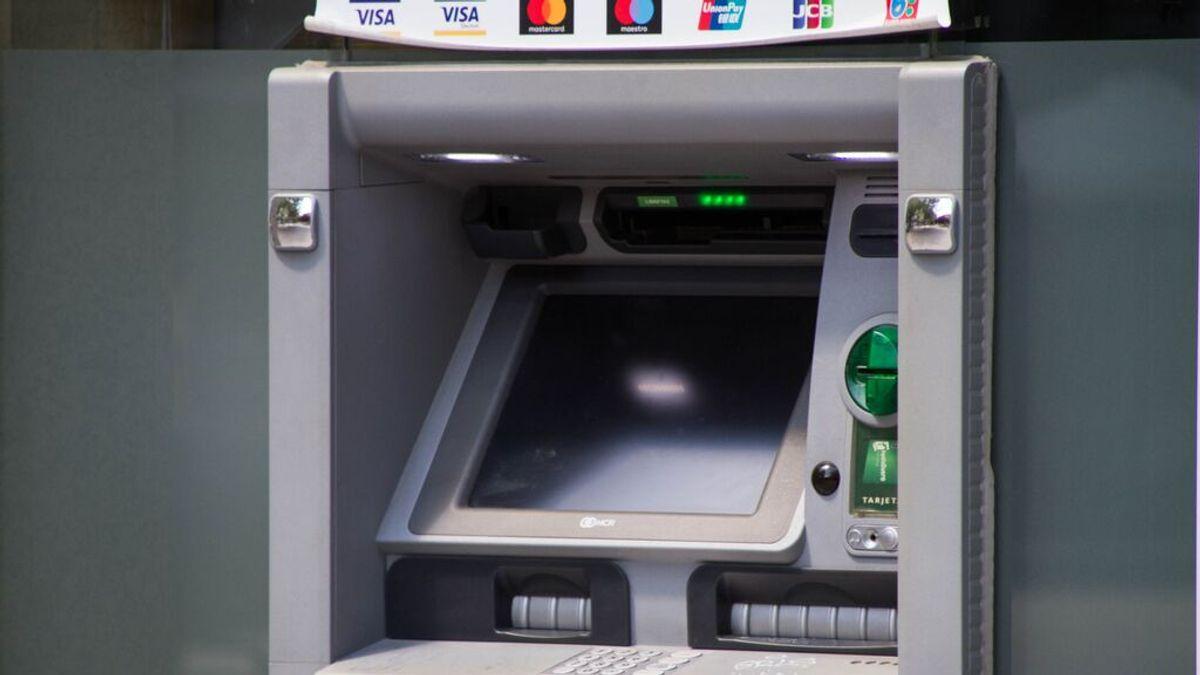 El uso de cajeros automáticos se hunde un 20,3% y las compras con tarjeta suben un 15,2%