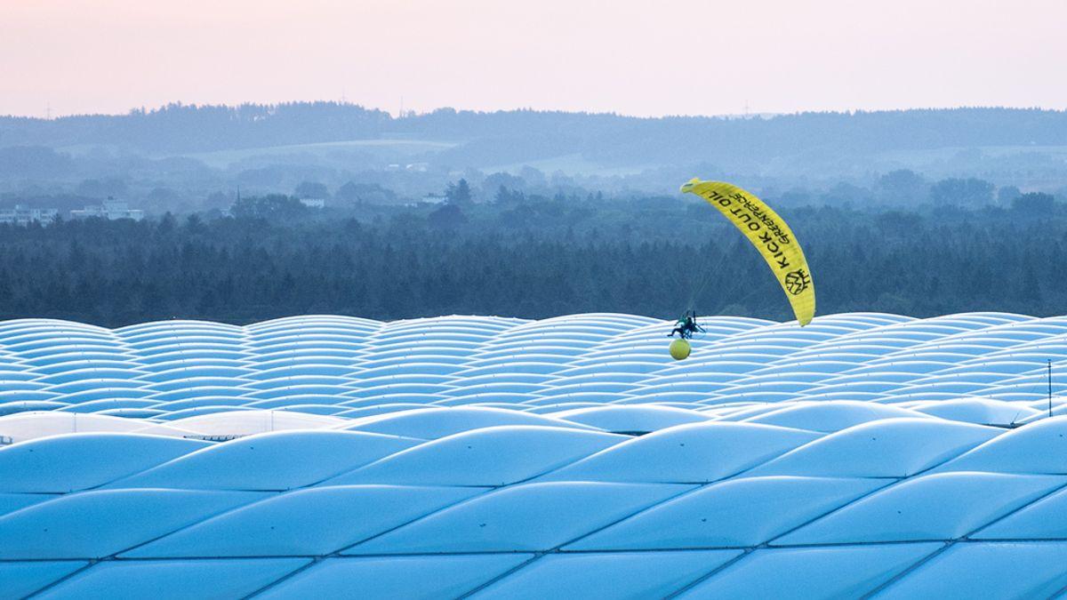 Fútbol/Euro.- Un activista de Greenpeace, a punto de estrellarse contra el público al perder el control de su paracaídas