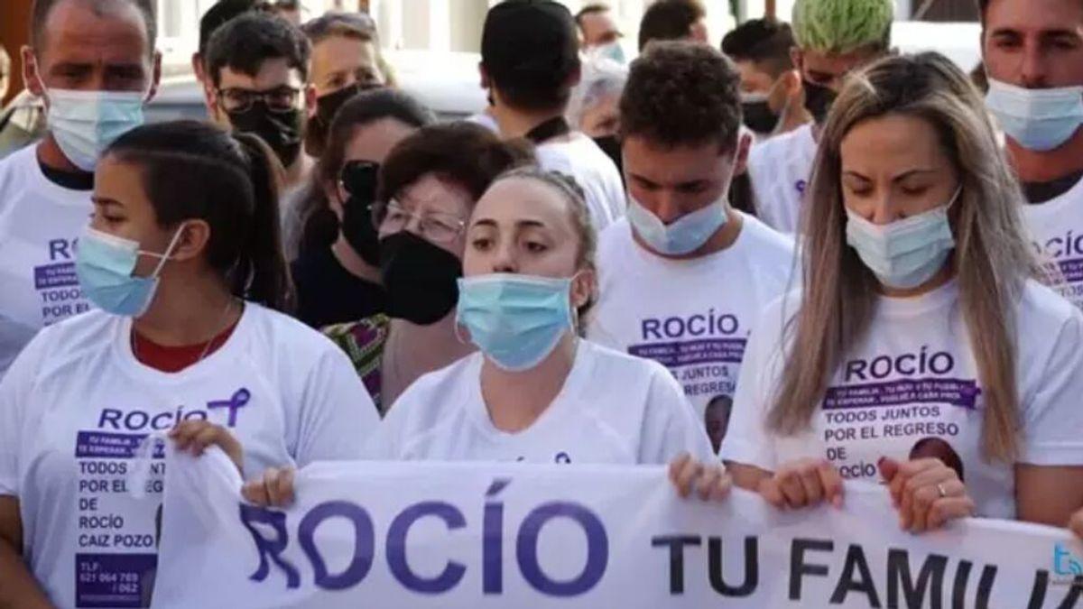 """Un pueblo roto despide a Rocío mientras la madre de Adrián pide protección: """"Lo que ha hecho que lo pague él"""""""