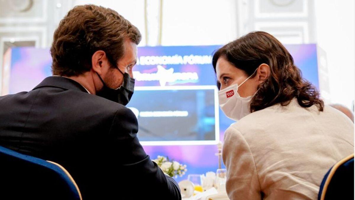 Casado y Ayuso charlan durante un encuentro informativo