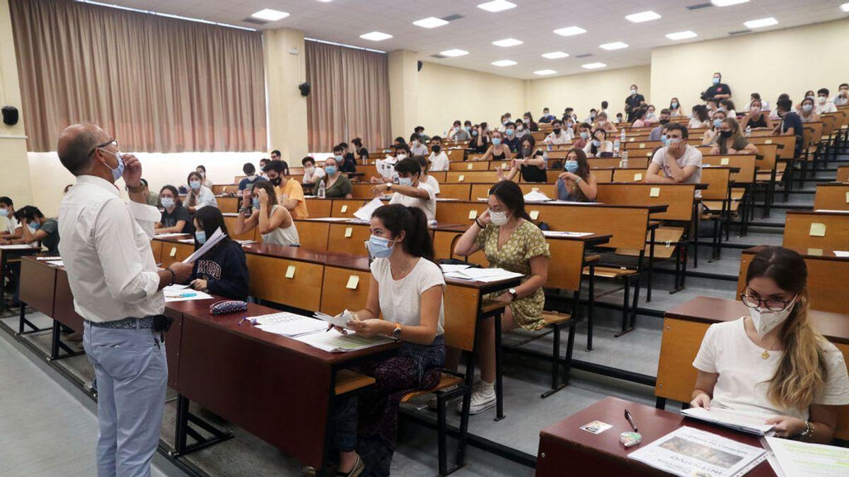 EuropaPress_3224140_estudiantes_agolpan_facultad_medicina_espera_ser_llamados_realizacion