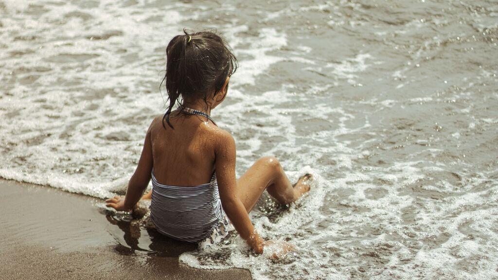 """Una mujer, indignada tras ver el bañador que le han regalado a su hija de 7 años: """"Sí, tiene relleno"""""""