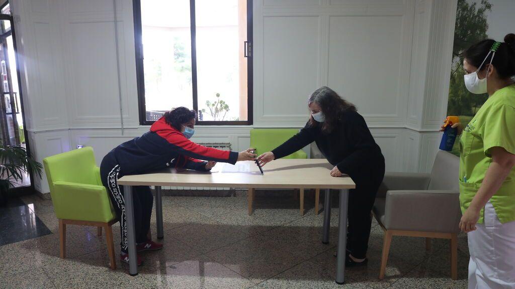 Las residencias de ancianos siguen sin permitir el contacto físico con las familias