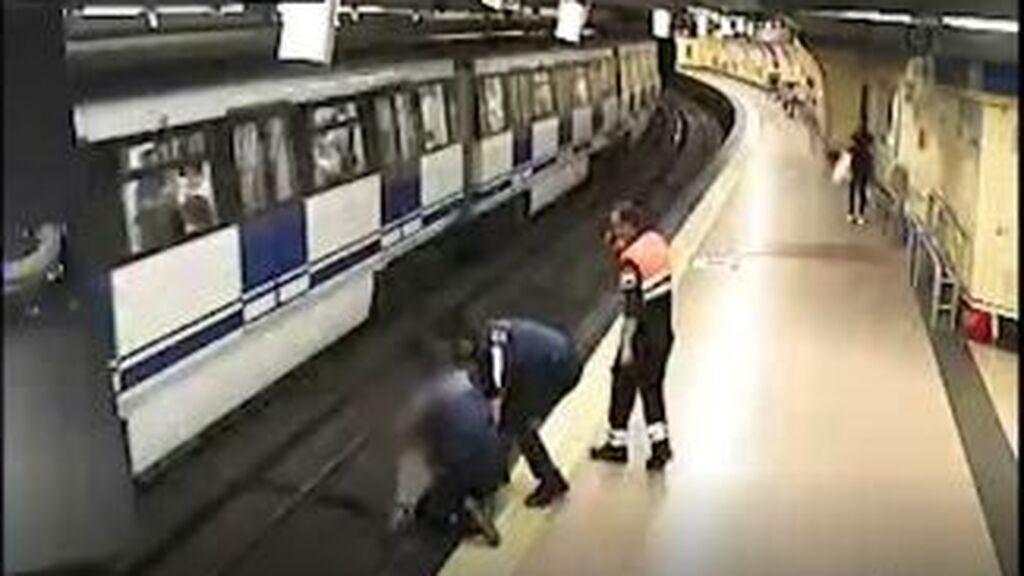 Salvada 'in extremis' tras lanzarse a las vías del metro