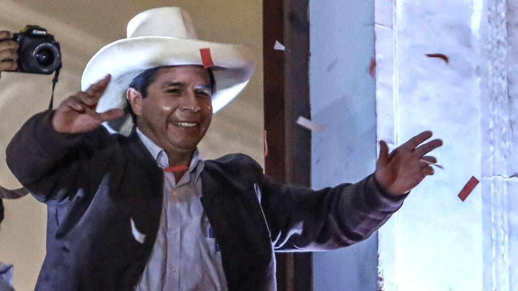 Pedro Castillo celebra su victoria en las presidenciales de Perú tras finalizar el recuento electoral