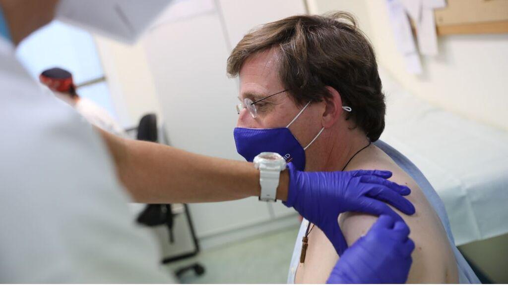 El alcalde Almeida se vacuna contra la Covid
