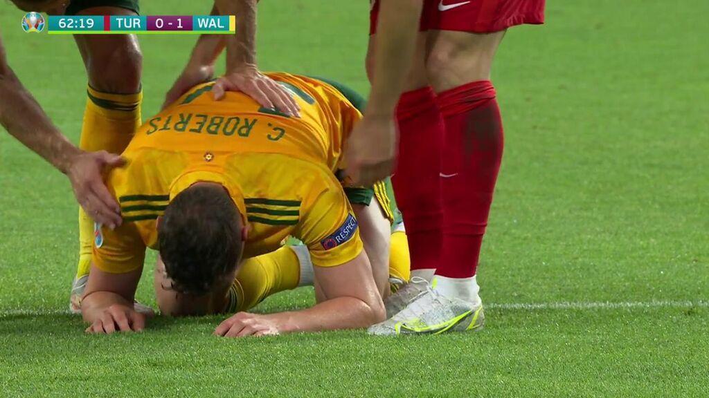 C. Roberts se juega su físico para evitar el gol de Turquía