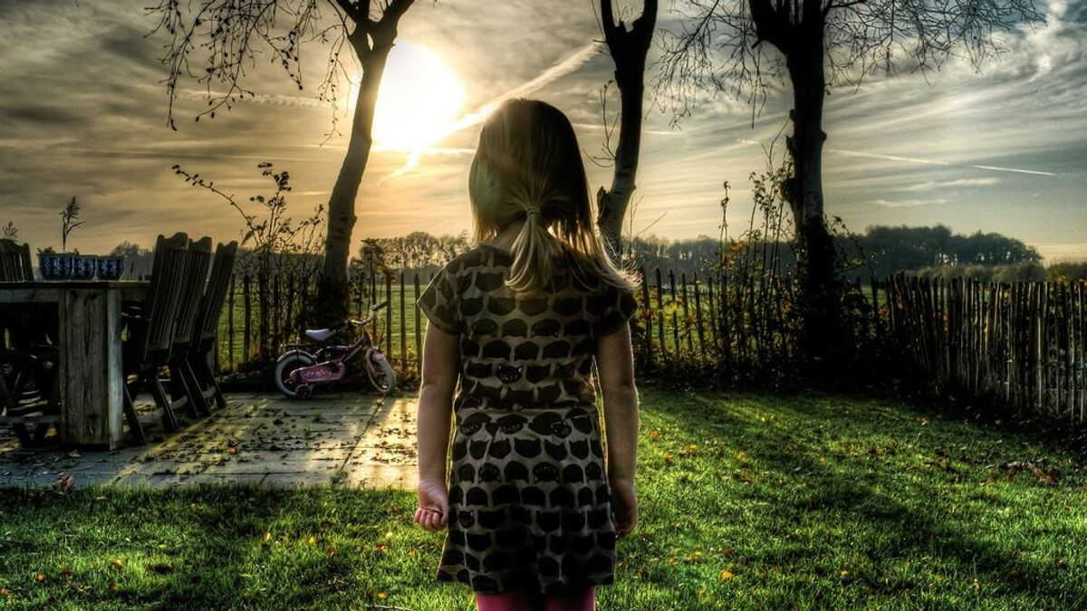 Una mujer es acusada de matar a su propia hija obligándola a estar de pie durante tres días