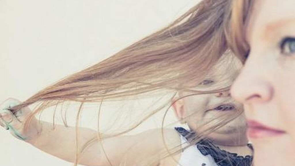 La caída de pelo después del parto es una realidad: cómo podrás evitarlo, cuánto dura y cuándo se recupera.