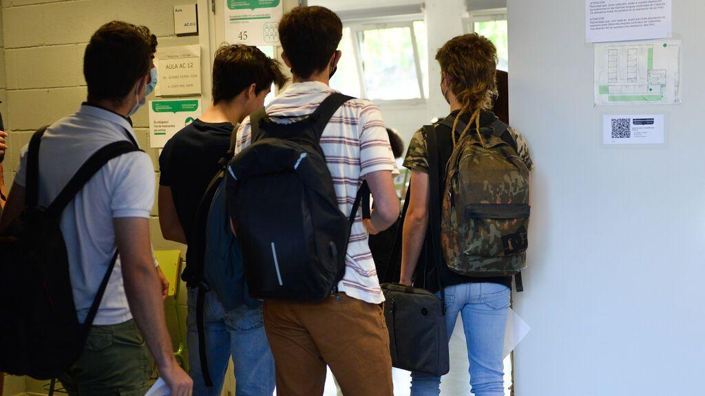 EuropaPress_3766527_grupo_estudiantes_hace_cola_entrar_aula_facultad_ciencias_campus_montilivi