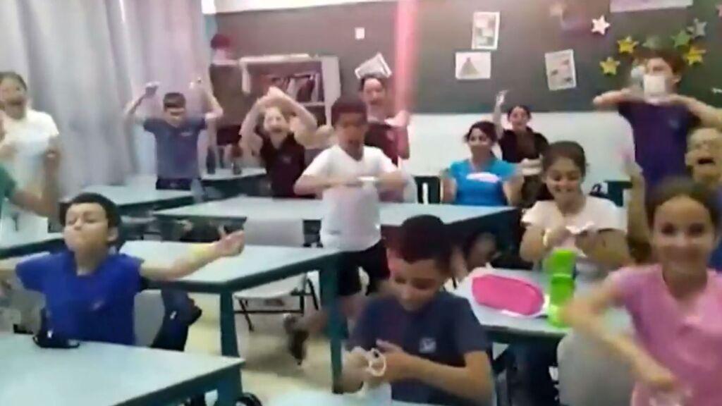 La alegría de unos niños en un colegio de Israel cuando saben que ya no usarán más la mascarilla