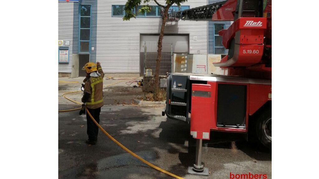 Muere un bombero y tres más resultan heridos en un incendio en Vilanova en Barcelona