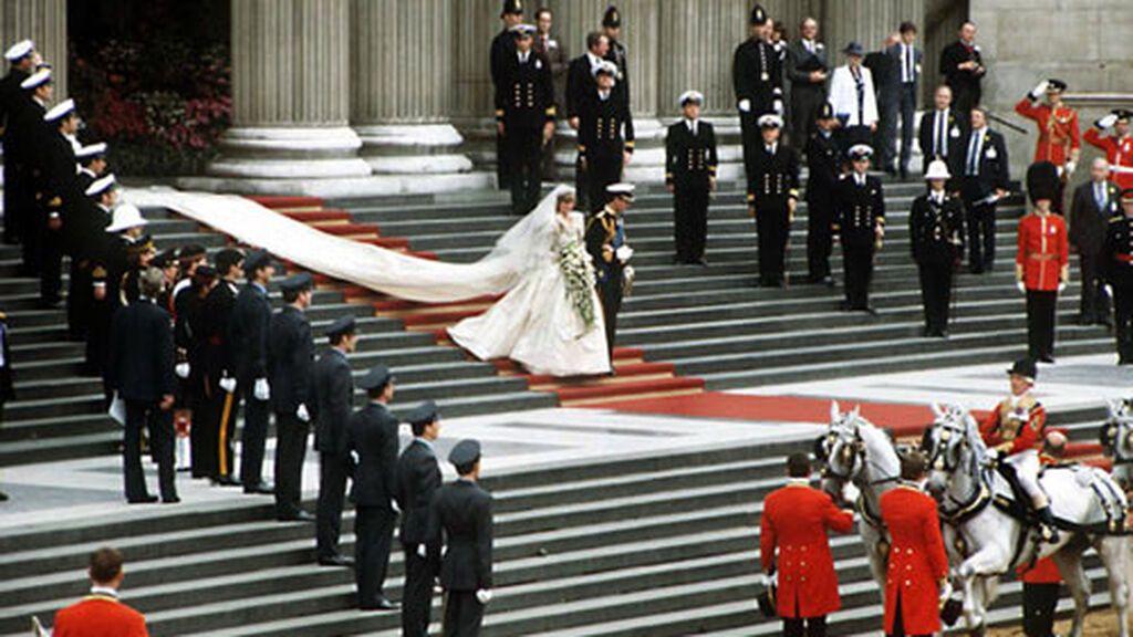 La cola del vestido de Diana era impresionante.