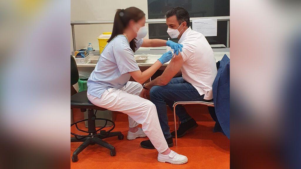 Pedro Sánchez recibe la primera dosis de la vacuna contra la covid