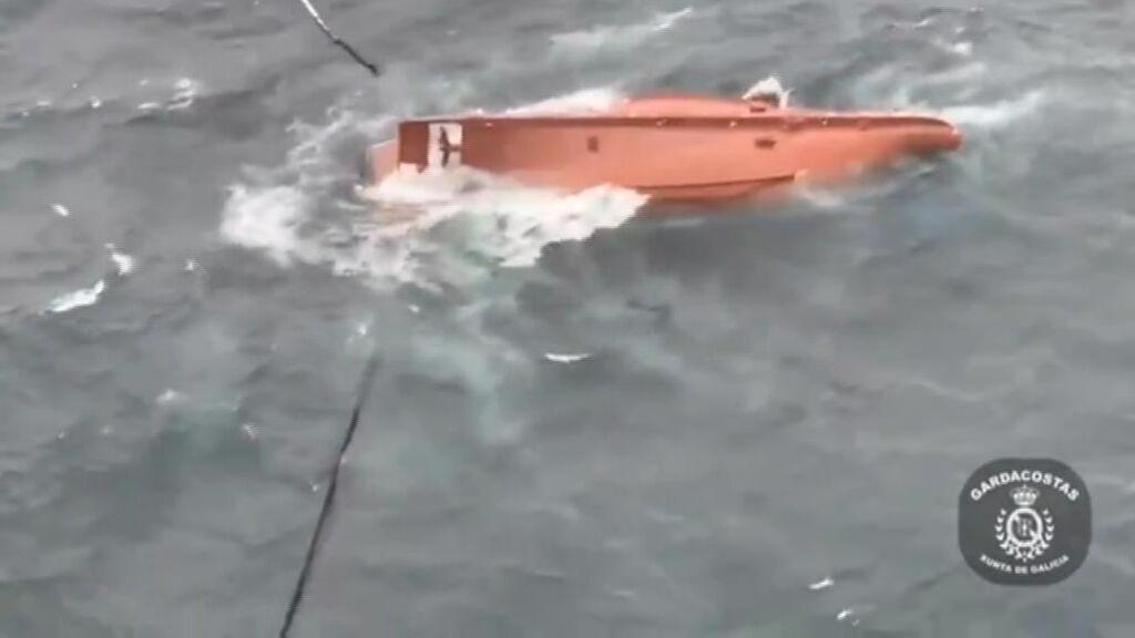 Dos muertos y ocho marineros rescatados al volcar un barco en Cedeira, A Coruña