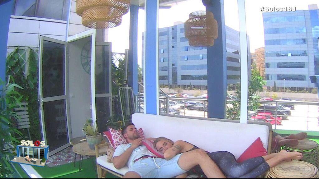 ¡Danna y Albert se echan la siesta juntos!