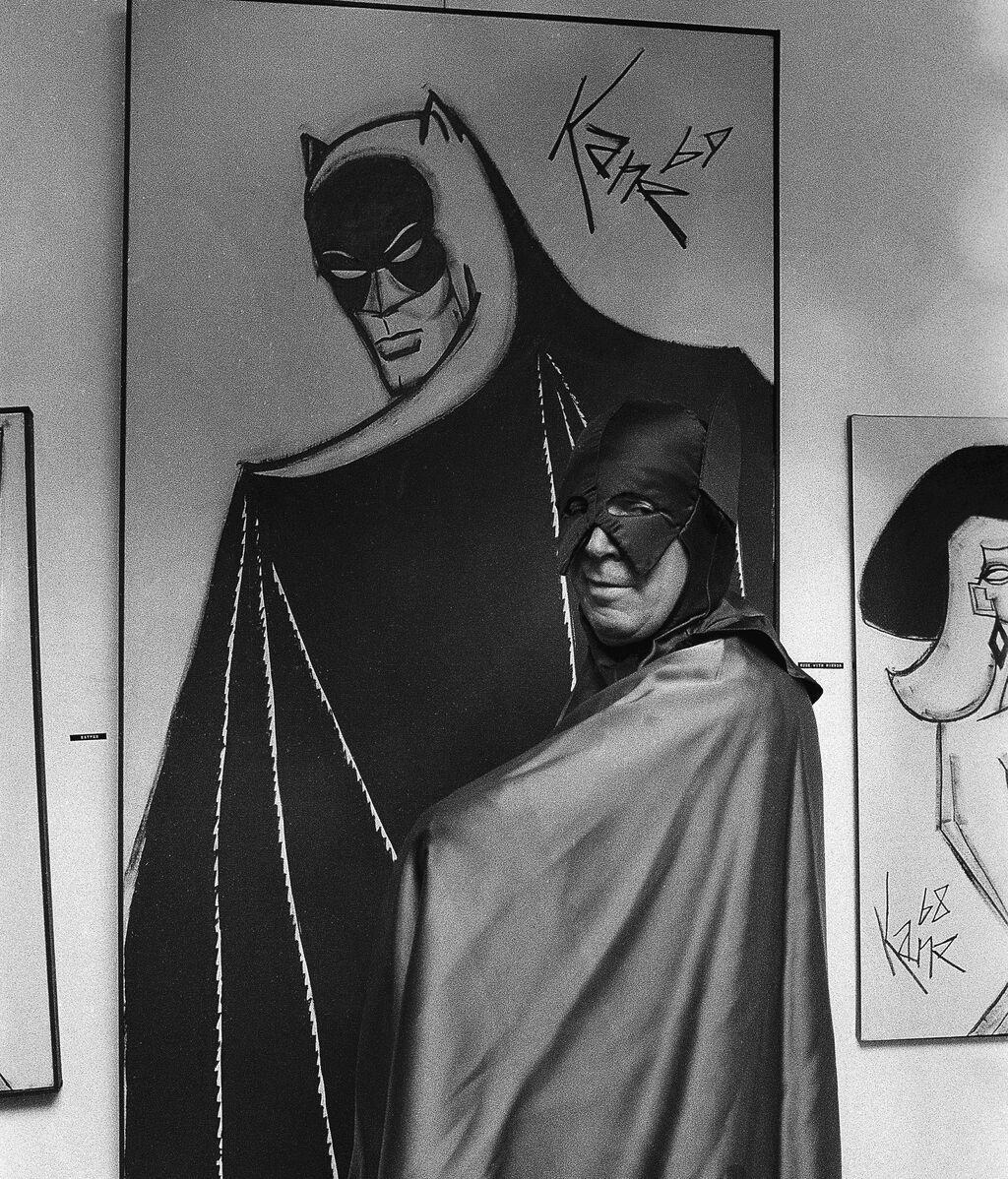 Bob Kane, creador de Batman, junto a un cuadro de su personaje