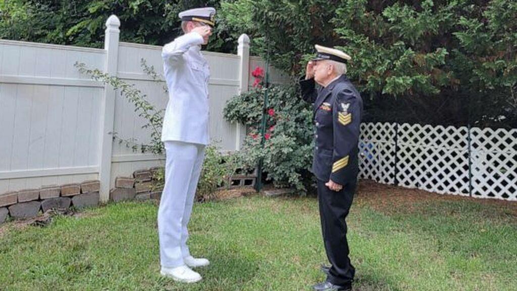 Un abuelo con Alzheimer le ofrece a su nieto recién graduado en la Marina el primer saludo
