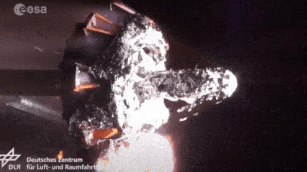 Esta impresionante simulación muestra cómo se desintegraría un satélite al reingresar en la atmósfera terrestre