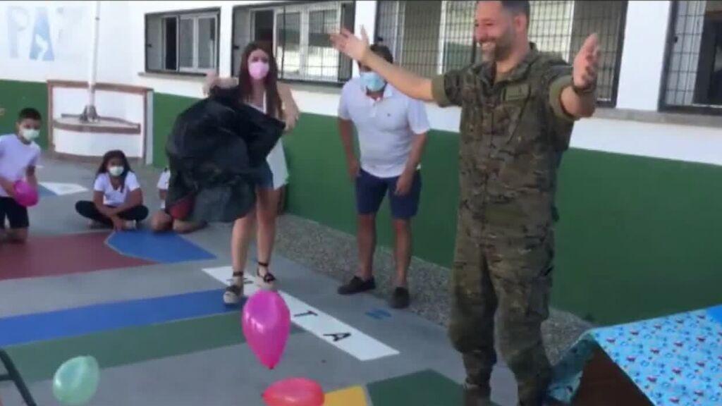 El reencuentro más hermono entre un militar español y sus hijas