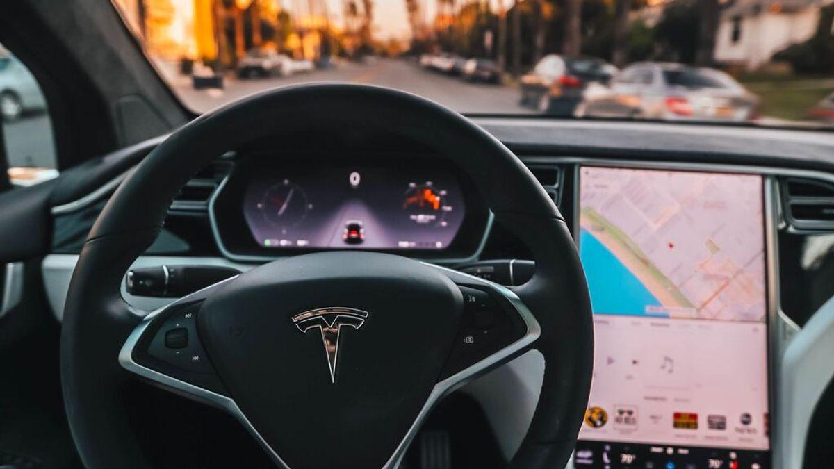 Una compra involuntaria muy cara: un bebé paga 8.400 € por la actualización del Tesla de sus padres
