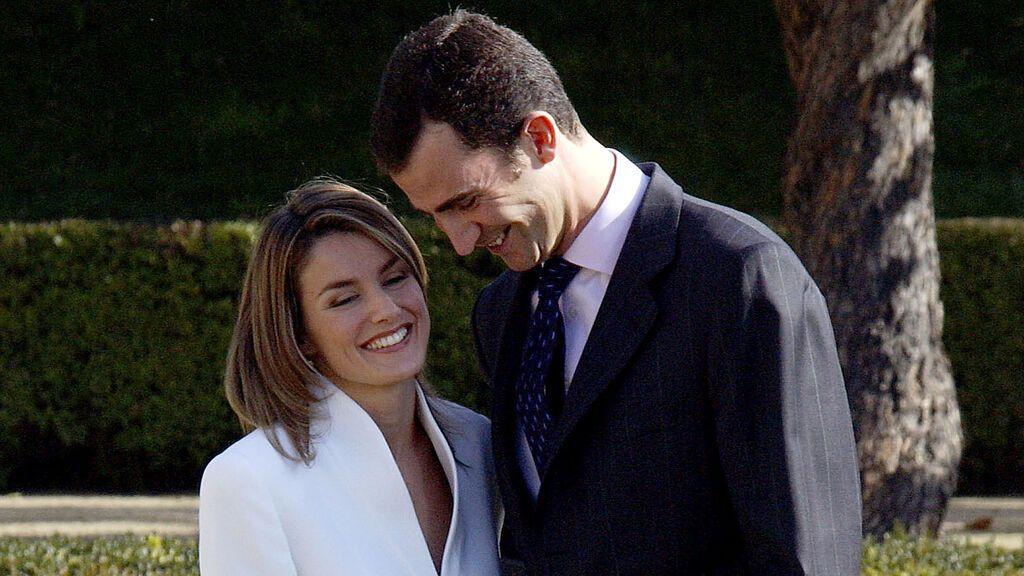 Felipe y Letizia, en el anuncio de su compromiso (2003)