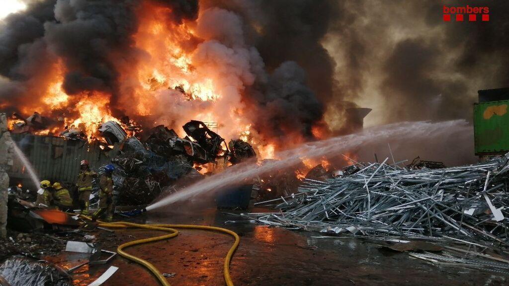 Arde una planta de reciclaje en Castellbisbal, Barcelona: piden a los vecinos que cierren puertas y ventanas