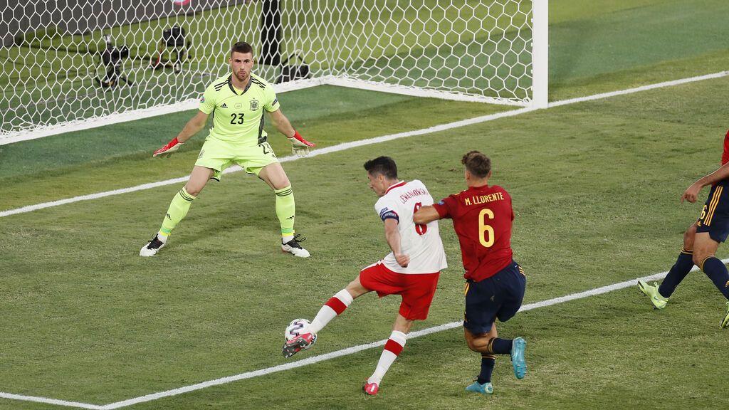 Unai Simón se alía con el palo y sus buenos reflejos para evitar el gol de Lewandowski
