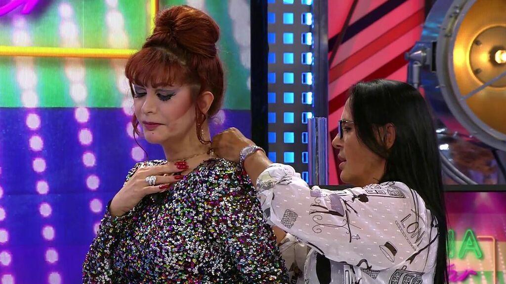 Inma regala un colgante a Yurena