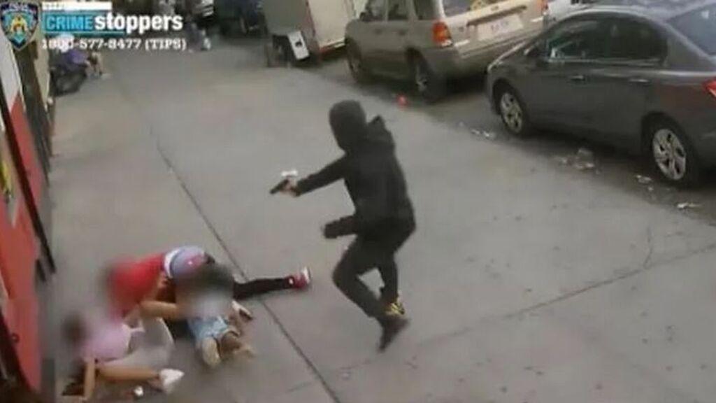 Dos hermanos de 10 y 5 años, al borde de la muerte por un tiroteo: el agresor disparó a su víctima delante de ellos