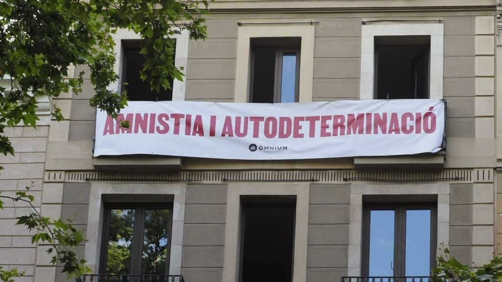 EuropaPress_3796828_omnium_despliega_pancarta_liceu_pedir_sanchez_amnesty_autodeterminación (1)