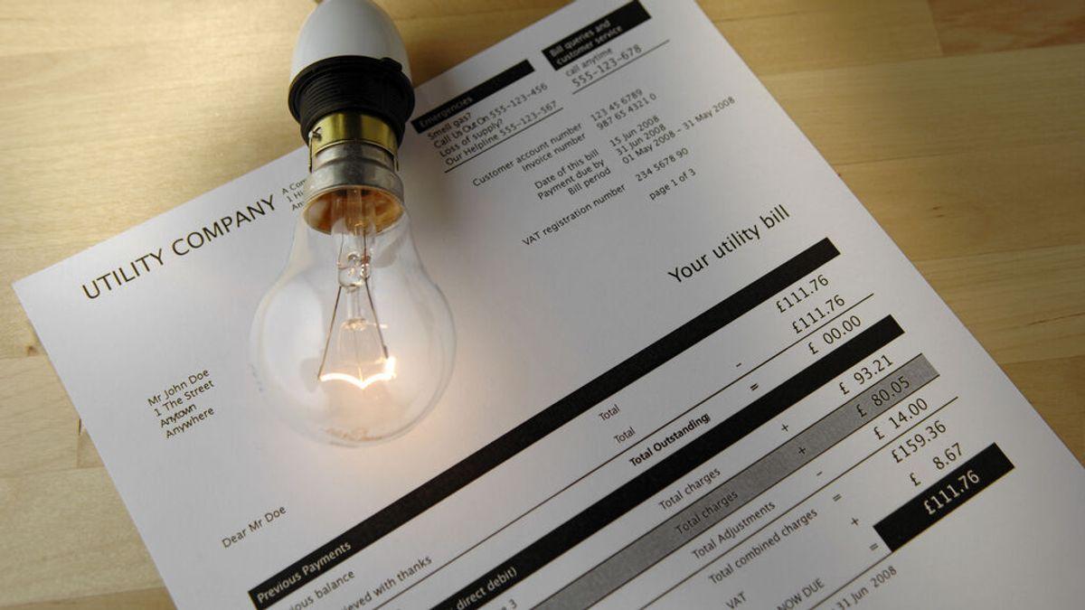 La factura de la luz se abaratará 81 euros al año con la bajada del IVA, según Facua