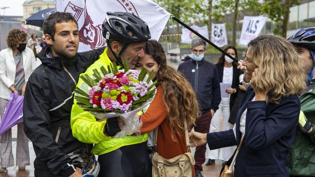 afita es arropado por familiares y amigos a su llegada a Bruselas.