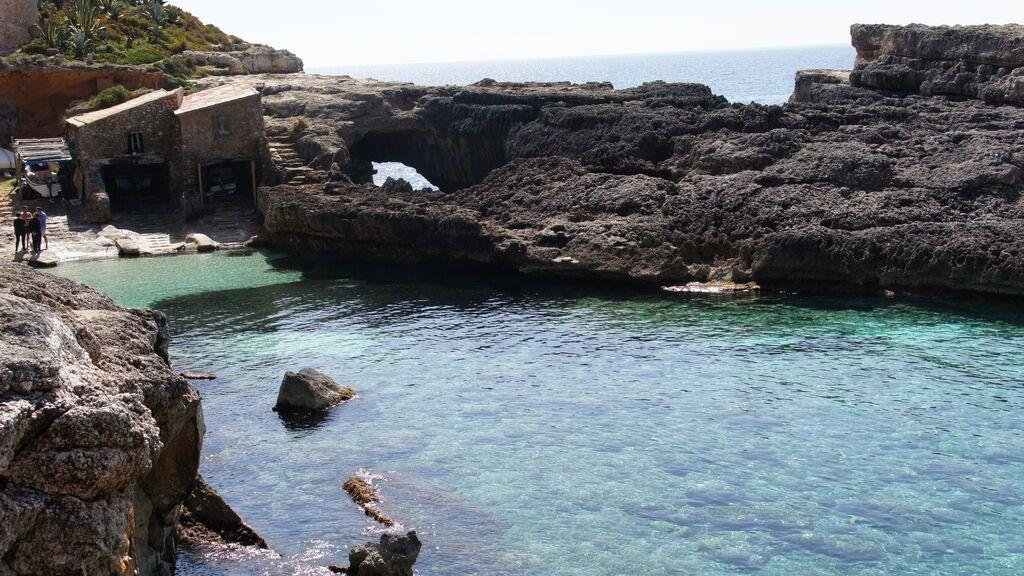 S'Almunia, una playa entre casas de pescadores.
