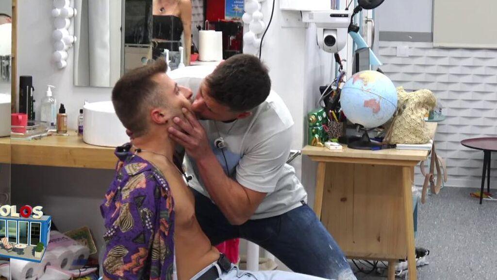 Albert coge un cubito de hielo de la boca de Ibán García