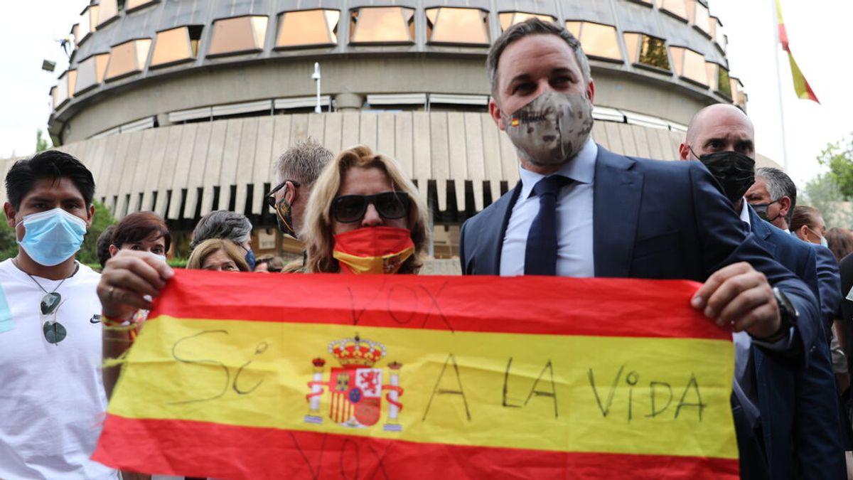 EuropaPress_3784780_presidente_vox_santiago_abascal_mujer_sostienen_bandera_espana_contra_ley