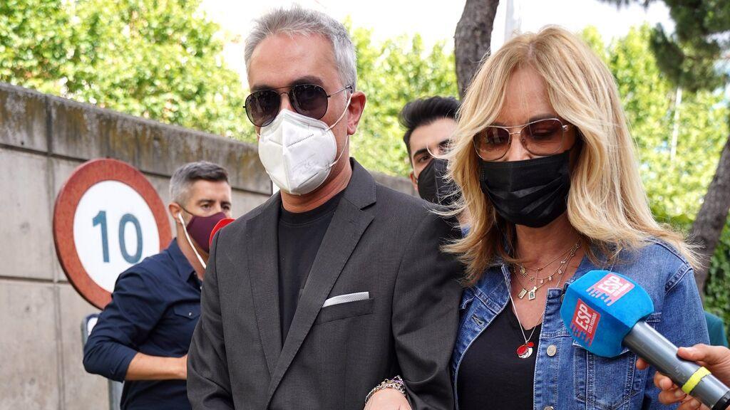Kiko Hernández y Belén Rodríguez, en el tanatorio para despedir a Mila Ximénez