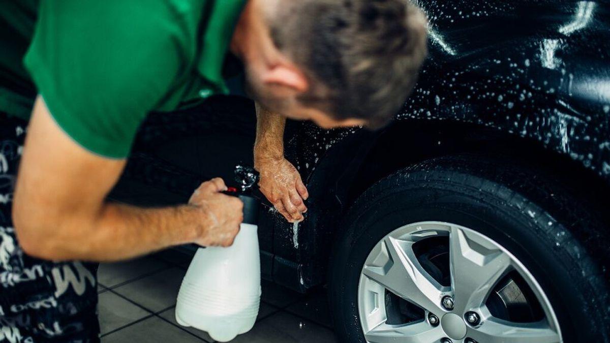 Lavar el coche en la calle ya no es el modo barato: las multas a las que te expones
