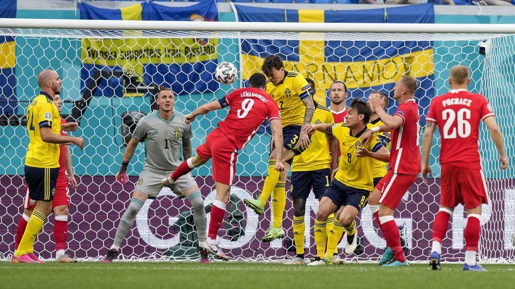 Lewandowski es el protagonista de la jugada más surrealista de la Eurocopa: Dos largueros y el balón no termina entrando