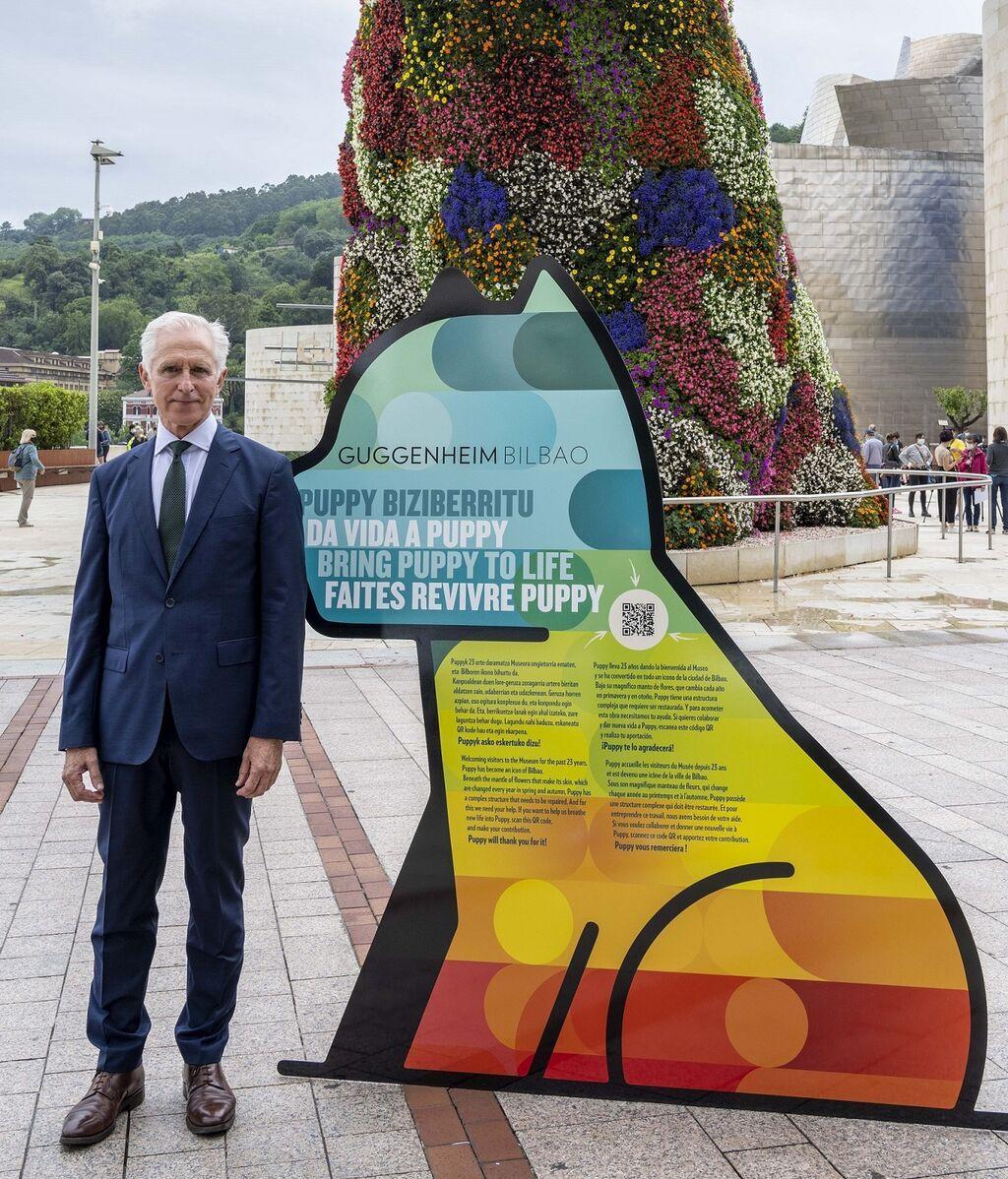 Juan Ignacio Vidarte, director del Museo Guggenheim Bilbao, junto a Puppy.