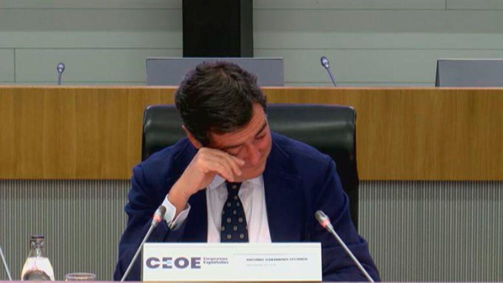 Antonio Garamendi, llora emocionado, al recibir el apoyo de la CEOE tras sus declaraciones spor los indultos