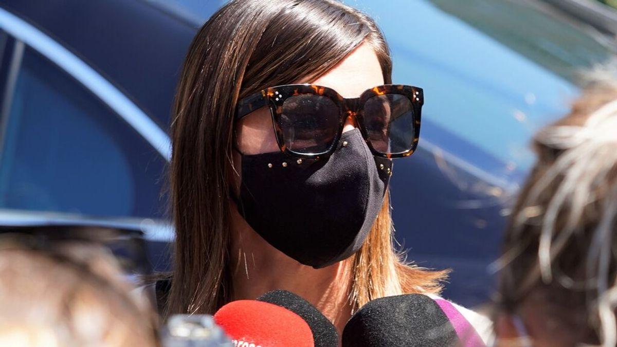 Alba Santana, atendiendo a los medios en el tanatorio, antes de la incineración de su madre
