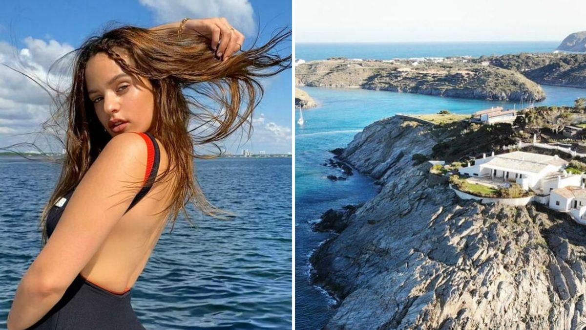 En Cadaqués, sobre un acantilado y por 2.500 euros la noche: la mansión en la que Rosalía habría pasado sus vacaciones