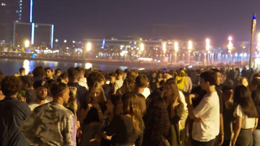Las playas de Barcelona abarrotadas de gente sin mascarilla ni distancia en la noche de San Juan