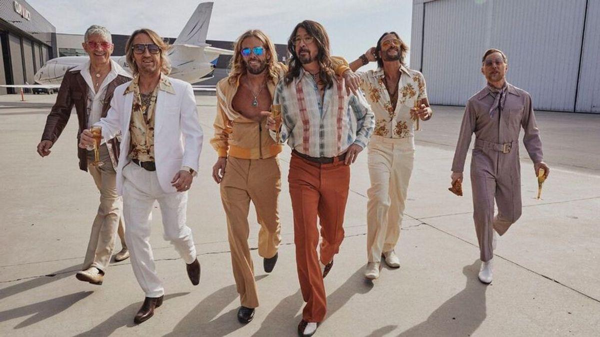 Con melenas, camisas abiertas y gafas setenteras: Foo Fighters versiona a Dee Gees en un disco limitado