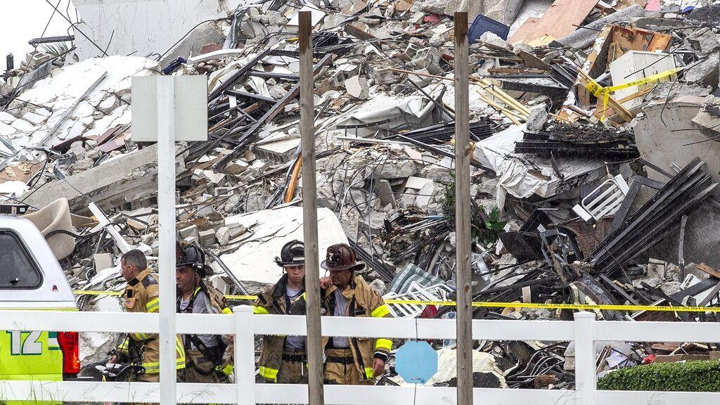 Los bomberos buscan supervivientes en el edificio derrumbado en Miami