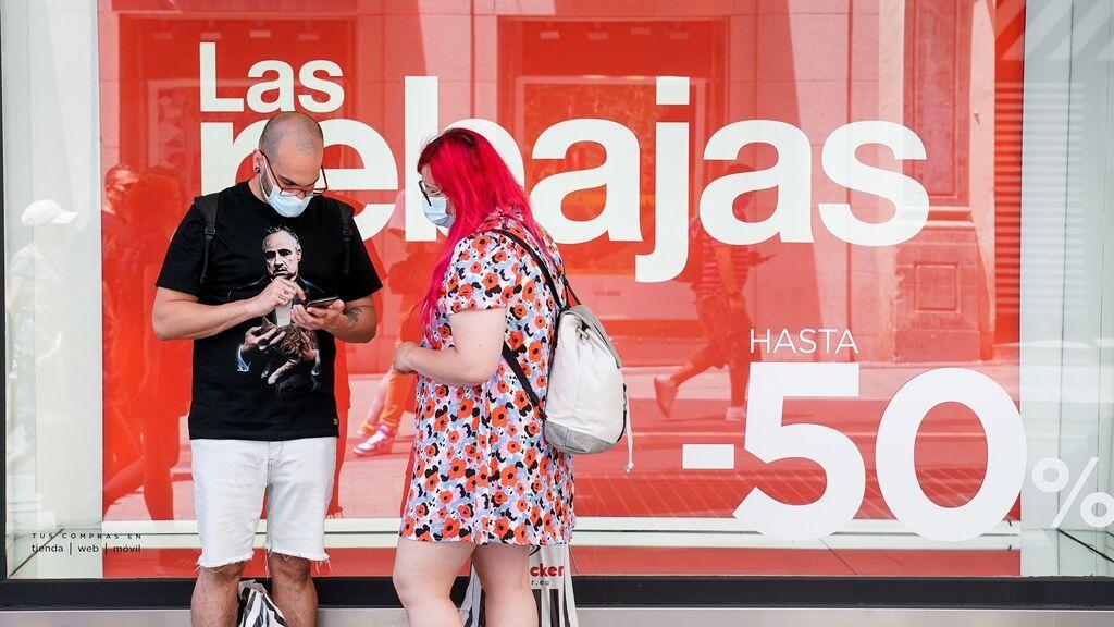 EuropaPress_3806751_dos_personas_bolsas_frente_escaparate_establecimiento_capital_plenas