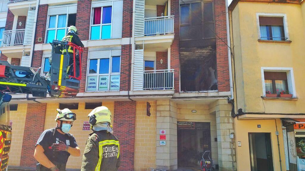 Rescatan a una niña de 5 años que pedía ayuda desde un piso en llamas en Unquera, Cantabria