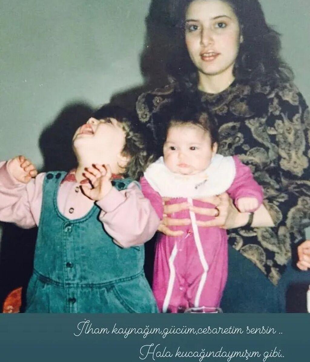 Hande Erçel junto a su hermana Gamze y su madre